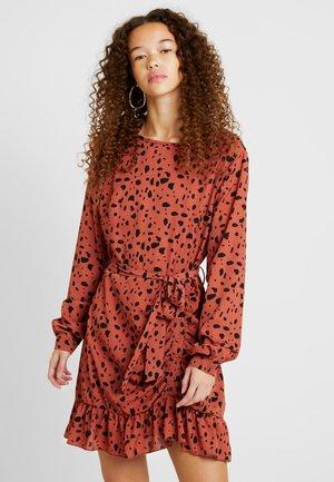 RUCHED SIDE TEA DRESS DALMATIAN - Jerseykjoler - rust