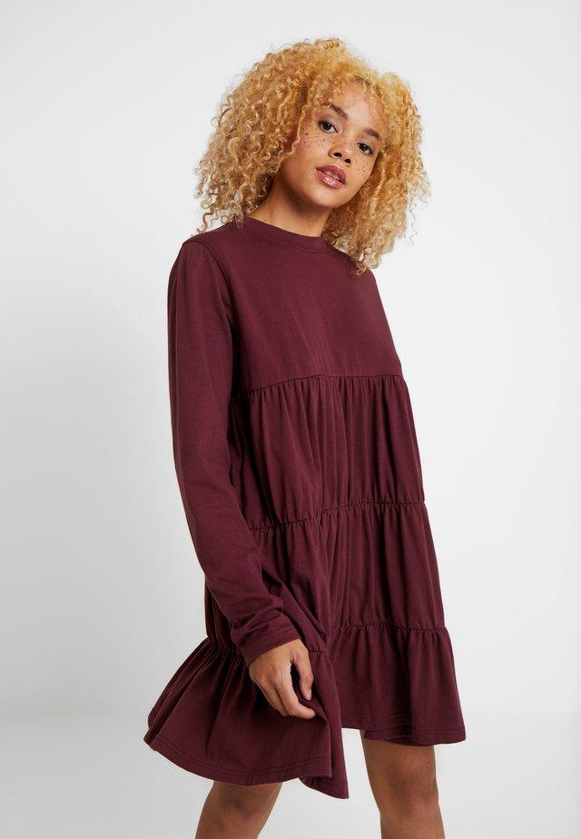 TIERED SMOCK DRESS - Jerseyjurk - burgundy