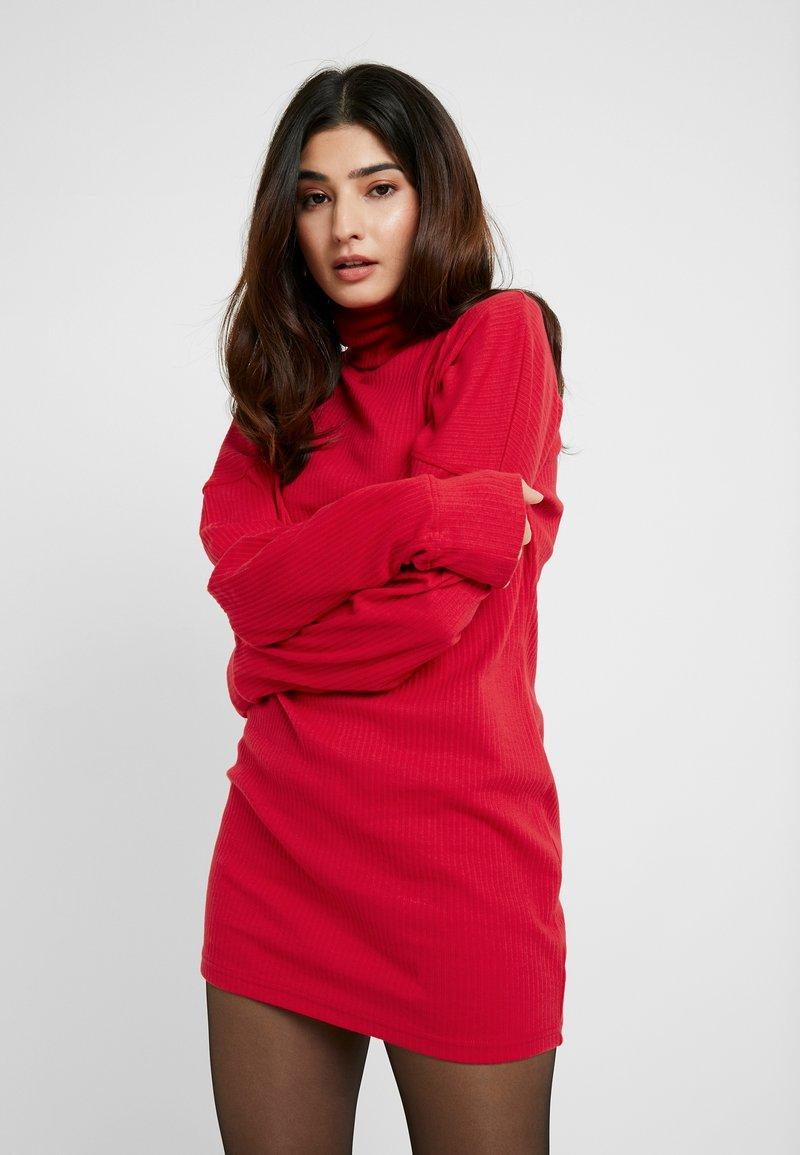 Missguided Petite - OVERSIZED ROLL NECK DRESS - Strickkleid - red