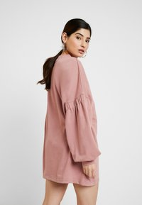 Missguided Petite - OVERSIZED CUFF SLEEVE DRESS - Robe d'été - rose - 2