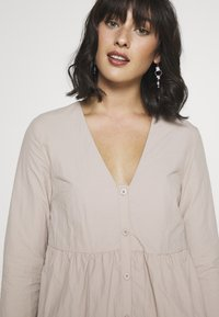 Missguided Petite - BUTTON THROUGH SMOCK DRESS - Day dress - nude - 4