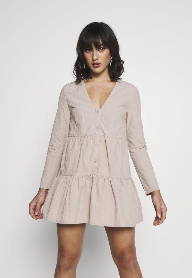 BUTTON THROUGH SMOCK DRESS - Kjole - nude