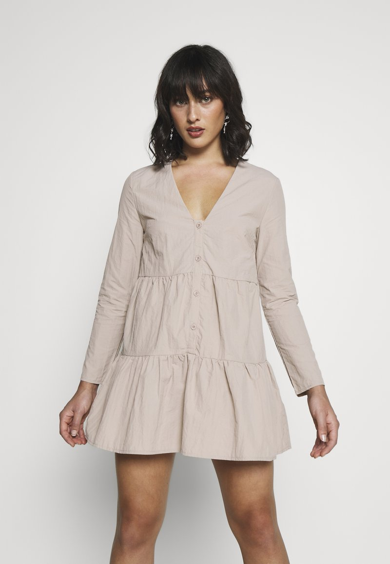 Missguided Petite - BUTTON THROUGH SMOCK DRESS - Day dress - nude