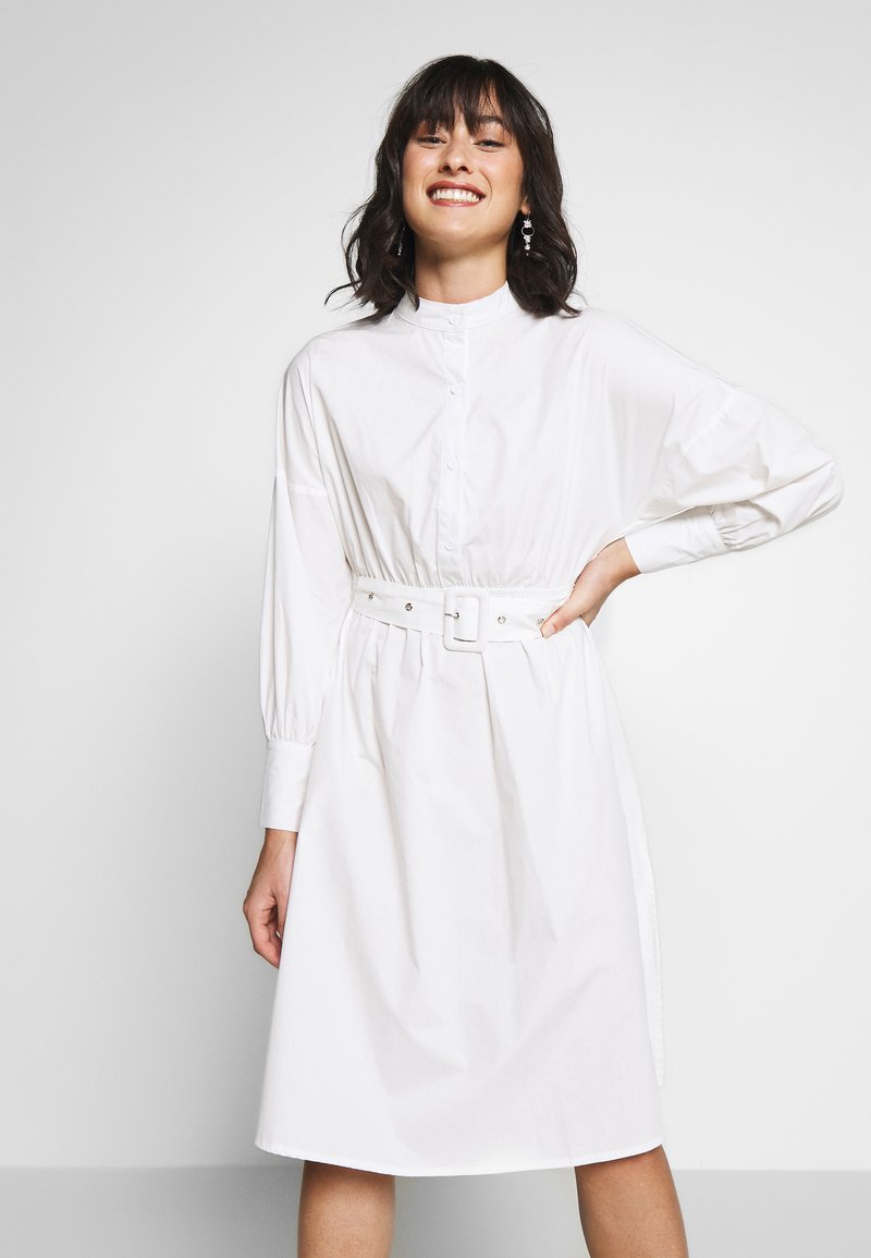 Missguided Petite - POPLIN SELF BELT MIDI DRESS - Shirt dress - white