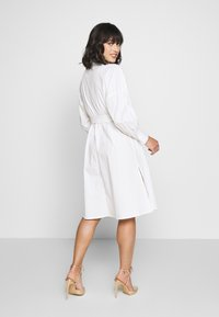 Missguided Petite - POPLIN SELF BELT MIDI DRESS - Shirt dress - white - 2