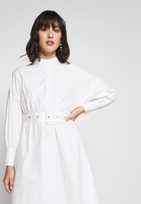 Missguided Petite - POPLIN SELF BELT MIDI DRESS - Shirt dress - white - 3
