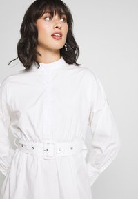 Missguided Petite - POPLIN SELF BELT MIDI DRESS - Shirt dress - white - 5