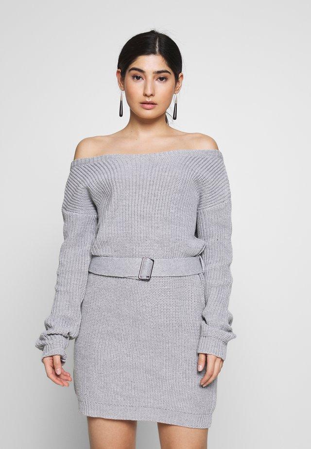 OFF SHOULDER BELTED MINI DRESS - Strickkleid - grey