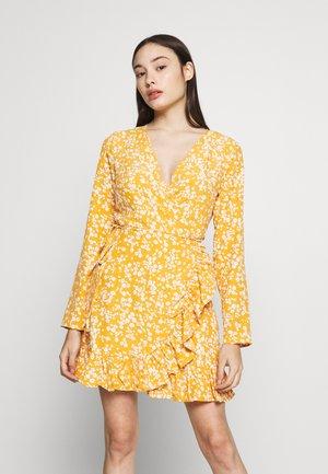 TIE BELT RUFFLE HEM WRAP TEA DRESS FLORAL - Kjole - yellow