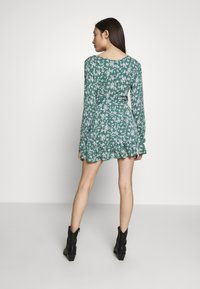 Missguided Petite - BUTTON RUCHED SIDE DRESS FLORAL - Kjole - green - 3
