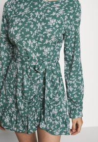 Missguided Petite - BUTTON RUCHED SIDE DRESS FLORAL - Kjole - green - 5