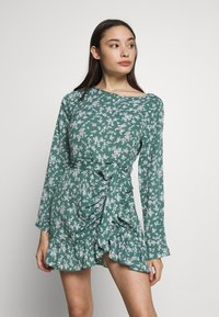 Missguided Petite - BUTTON RUCHED SIDE DRESS FLORAL - Kjole - green - 0