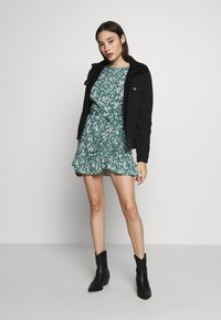 Missguided Petite - BUTTON RUCHED SIDE DRESS FLORAL - Kjole - green - 2