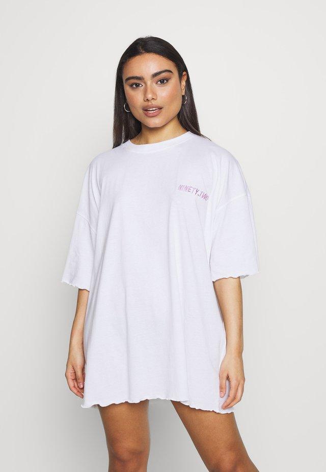 NINETY TWO SLOGAN OVERSIZED DRESS - Sukienka z dżerseju - white