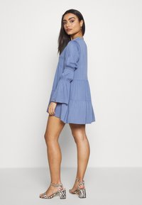Missguided Petite - V NECK TIERED MINI DRESS - Robe d'été - blue - 2