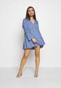 Missguided Petite - V NECK TIERED MINI DRESS - Robe d'été - blue - 1