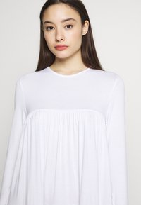 Missguided Petite - TIERED SMOCK DRESS - Robe d'été - white - 4