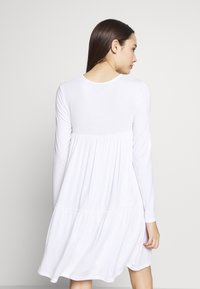 Missguided Petite - TIERED SMOCK DRESS - Robe d'été - white - 3