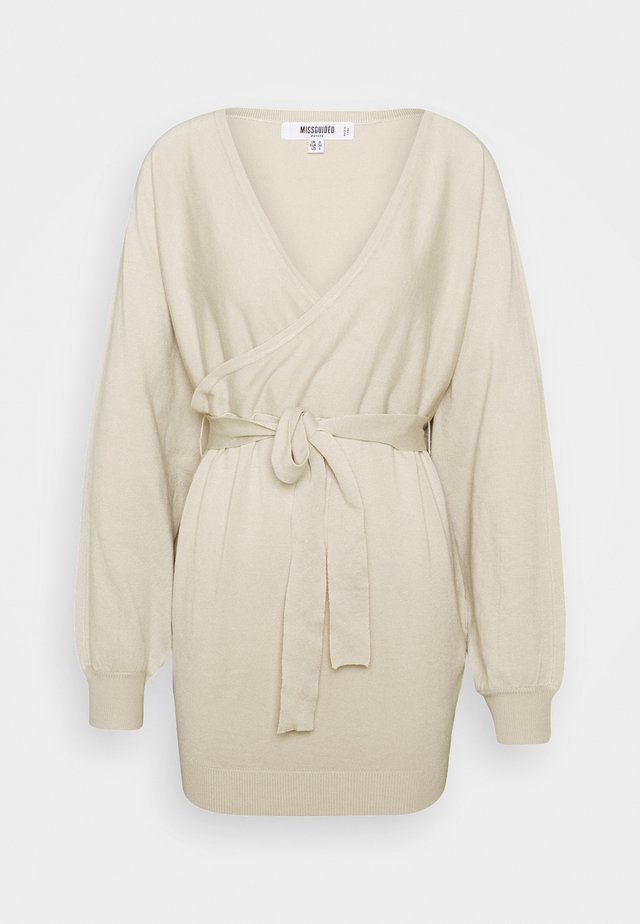 WRAP BATWING BELTED MINI DRESS - Vestido de punto - stone