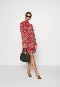 Missguided Petite - HIGH NECK DROP WAIST SMOCK DRESS FLORAL - Vestido informal - red - 1