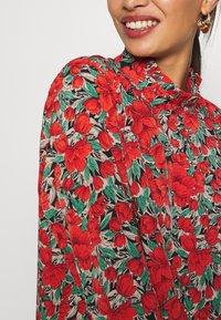 Missguided Petite - HIGH NECK DROP WAIST SMOCK DRESS FLORAL - Vestido informal - red - 5