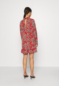 Missguided Petite - HIGH NECK DROP WAIST SMOCK DRESS FLORAL - Vestido informal - red - 2