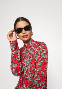 Missguided Petite - HIGH NECK DROP WAIST SMOCK DRESS FLORAL - Vestido informal - red - 3