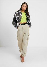 Missguided Petite - 2 PACK BUTTON FRONT CROP  - Camiseta de manga larga - lime/stone - 1