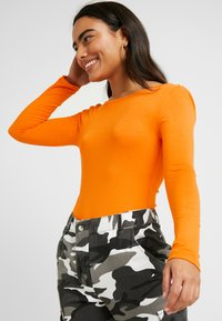 Missguided Petite - LONG SLEEVE LOW BACK BODYSUIT 2 PACK - T-shirt à manches longues - orange/black - 3