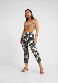 Missguided Petite - CAMI BUCKLE CROP - Topper - camel - 1