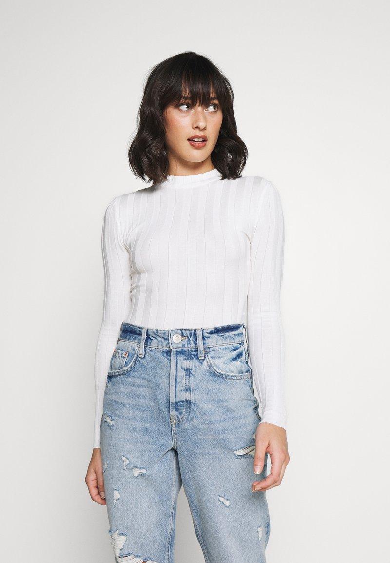 Missguided Petite - EXTREME CREW NECK BODYSUIT - Jersey de punto - white