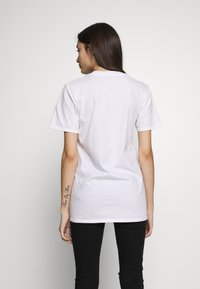 Missguided Petite - EXCLUSIVE DREAM BIG WITH NO BOUNDERIES - T-shirt print - white - 2