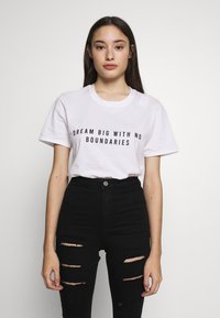 Missguided Petite - EXCLUSIVE DREAM BIG WITH NO BOUNDERIES - T-shirt print - white - 0