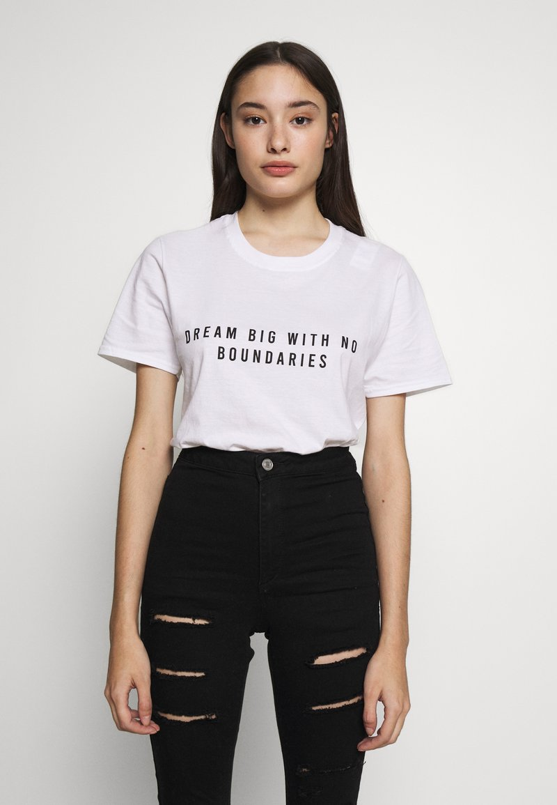 Missguided Petite - EXCLUSIVE DREAM BIG WITH NO BOUNDERIES - T-shirt print - white