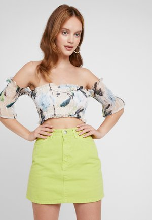 FLORAL SHIRRED BARDOT - Blusa - peach