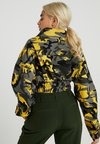 Missguided Petite - CAMO CROPPED JACKET - Kevyt takki - yellow