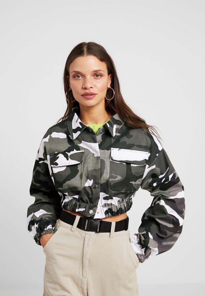 Missguided Petite - SUPER CROP CAMO JACKET - Summer jacket - grey/multi