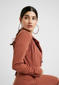 Missguided Petite - CROPPED SELF BELTED CIGARETTE TROUSER SET - Blazer - terracotta - 4