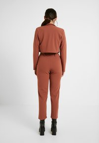 Missguided Petite - CROPPED SELF BELTED CIGARETTE TROUSER SET - Blazer - terracotta - 2
