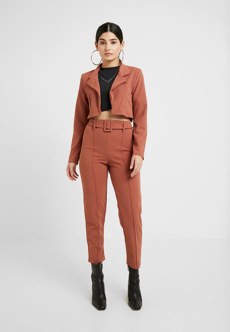 Missguided Petite - CROPPED SELF BELTED CIGARETTE TROUSER SET - Blazer - terracotta