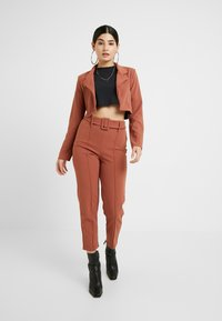 Missguided Petite - CROPPED SELF BELTED CIGARETTE TROUSER SET - Blazer - terracotta - 1