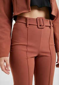 Missguided Petite - CROPPED SELF BELTED CIGARETTE TROUSER SET - Blazer - terracotta - 6