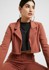 Missguided Petite - CROPPED SELF BELTED CIGARETTE TROUSER SET - Blazer - terracotta - 3