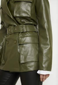Missguided Petite - Faux leather jacket - green - 5