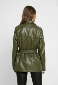 Missguided Petite - Faux leather jacket - green - 2