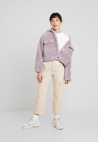 Missguided Petite - BORG CONTRAST BUTTON TRUCKER - Winterjas - lilac - 1