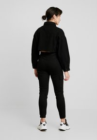 Missguided Petite - CROPPED RAW JACKET - Veste en jean - black - 2