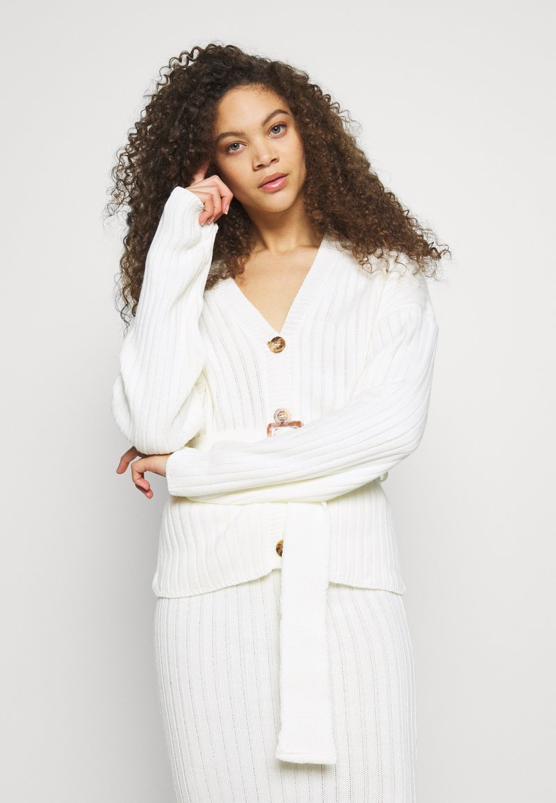 Missguided Petite - BELTED BUTTONED CARDIGAN SKIRT SET - Cardigan - white