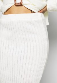 Missguided Petite - BELTED BUTTONED CARDIGAN SKIRT SET - Cardigan - white - 4