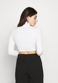 Missguided Petite - BASIC HIGH NECK CROP  - Jersey de punto - white - 2
